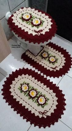 Crocheted Bathroom Set Ideas for Crochet Lovers: Crochet art is evergreen and it can never become out of fashion. Crochet Owls, Crochet Diy, Crochet Home, Crochet Doilies, Crochet Patterns, Bathroom Crafts, Bathroom Sets, Bathrooms, Crochet Table Runner