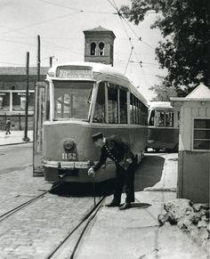 1972. Un guardaagujas activa un cambio de vías ante el paso de un tranvía PCC Modern Pictures, Old Pictures, Vitoria Spain, Foto Madrid, Like Image, Tramway, Valencia, Trolley, Public Transport