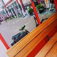 Wat een goed idee van Café Fonteyn op de #Nieuwmarkt #Amsterdam. Ramen van je windscherm kun je gebruiken als krijtbord. Nice! #horeca#horecalife#horecaimage Ramen, Amsterdam, Nice, Fun, Nice France, Hilarious