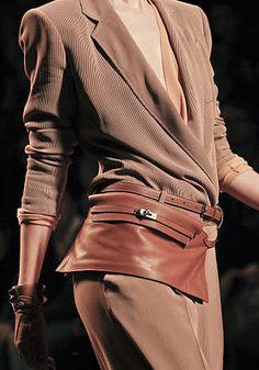 Riñonera de #Hermes, conocida como 'Kelly Bandeau', una sofisticada pieza valorada en más de 3.000 euros. Colección primavera/verano 2011.