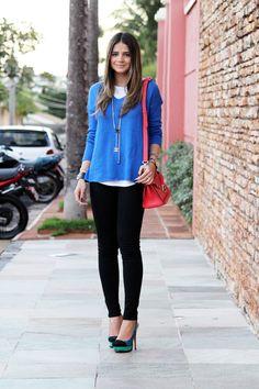 Blogueira brasileira Thássia Naves! Amei esse tom de azul e o mix com vermelho