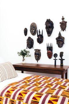 www.cewax.fr aime cette décoration afro tendance, style ethnique, tissus africains. Dans le même style, visitez la boutique de CéWax : www.cewax.fr/ #wax, #ankara, #kente, #kitenge, #bogolan, #AfricanHome, #ethnotendance, #AfricanPrints - Masks and Kente Cloth from the Kumasi Collection Project Bly