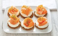 Preparazione Crostini al salmone affumicato - Fase 3 Canapes Salmon, Smoked Salmon Appetizer, Mini Appetizers, Finger Food Appetizers, Raw Fish Recipes, Mini Aperitivos, Ricotta, Happy Hour Food, Bistro Food