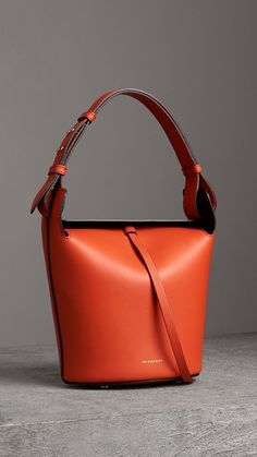Luxury & Vintage Madrid, offers you the best selection of contemporary and classic bags and accessories in the world. Small Handbags, Purses And Handbags, Fashion Handbags, Fashion Bags, Trendy Purses, Girls Bags, Burberry Handbags, Leather Bag, Bucket Bag