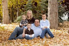great pose for a family picture-minus one kiddo Outdoor Family Photos, Fall Family Pictures, Family Picture Poses, Family Picture Outfits, Family Posing, Family Portraits, Family Pics, Picture Ideas, Photo Ideas