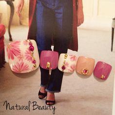 オータムフラワーネイル♡ #フラワー #デート #秋 #パープル #ピンク #ベージュ #ジェルネイル #チップ #フット #ショート #naturalbeauty #ネイルブック
