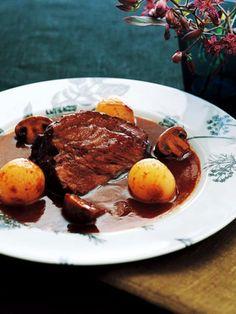時間がおいしくしてくれる料理は濃厚な味わい。じっくり煮込んでやわらかく仕上げる。旨みがぎゅっとつまった牛肉の赤ワイン煮は、パーティーやおもてなしにもおすすめ。ぜひトライしてみて。|『ELLE a table』はおしゃれで簡単なレシピが満載!