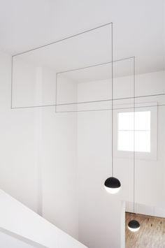 Designed by Michael Anastassiades, the String Lights Round & Cone pendants run along the walls and ceiling to create a personalized and composed display of streamlined light.#flos #floslighting #lightingdesign #italiandesign #interiordesign #designinspiration #interiorinspiration #homedecor #modernceilinglamp #decorativehanginglight #stringlights #michaelanastassiades #ballpendantlamp