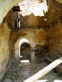 Interior ruinoso de la iglesia