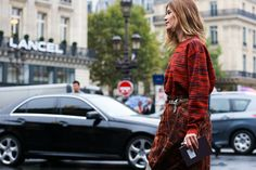 I'm biased liking this look for having similar hair, but I really love the contrast between her red dress & the dalmation belt Street Looks à la Fashion Week printemps-été 2015