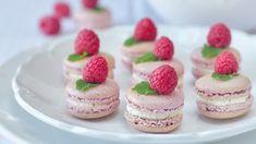 Připravte si doma tyto skvělé makronky s božskou náplní z mascarpone! Pavlova, Cheesecake, Food, Mascarpone, Cheese Cakes, Cheesecakes, Meals, Cherry Cheesecake Shooters