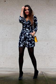 little+black+coconut+con+mono+de+flores,+bolso+amarillo+y+zapatos+de+tacón+negros+2.png (750×1125)