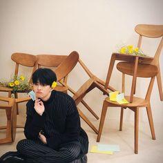 A imagem pode conter: uma ou mais pessoas e pessoas sentadas Fandom, Play, Floor Chair, Furniture, Home Decor, Dimples, Korea, Backgrounds, Bebe