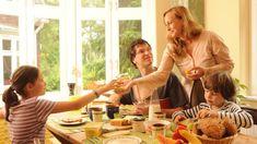 Müll raustragen, Tisch decken, sich selbst anziehen: Eltern fordern von ihren Kindern immer seltener Eigenständigkeit und Mithilfe im Haushalt. Das ist ein Fehler mit Folgen, bemängeln Pädagogen.