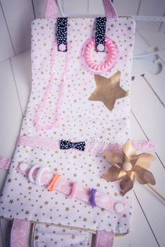 """Je vous propose de coudre ensemble une création pour filles : une jolie sacoche range accessoires de coiffure (barrettes, chouchous, élastiques) et de bijoux : la pochette/ mini sac """"MIMY"""". Il s'agit d'un mini sac pourvu de plusieur..."""