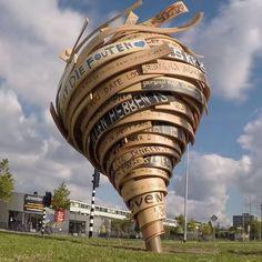 Tijs Rooijakkers maakt grootschalige sculpturen die ogen als schetsen in de ruimte. Vloeiend en organisch maken zij de verborgen potentie van een plek zichtbaar. Dat wat er altijd al was, of zou kunnen zijn.