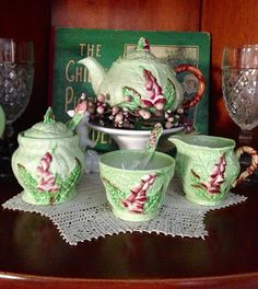 … Christmas Colors, Christmas Themes, China Teapot, Christmas Garden, Carlton Ware, English China, Antique Pottery, Chocolate Pots, Vintage Table