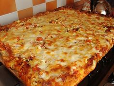 This is a recipe for those who love pizza, but too lazy to cook it according to the rules of Italian cuisine. Simplifying outrageously recipe, but still get a very tasty and delicious pizza. Preparation: Mix eggs, mayonnaise and flour. Home Recipes, Cooking Recipes, Cooking Kids, Yummy Snacks, Yummy Food, Quick Pizza, Pita, Romanian Food, Love Pizza