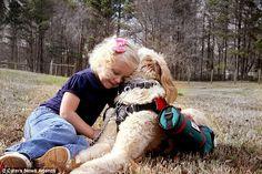 Cachorro é treinado para carregar oxigênio para ajudar menina