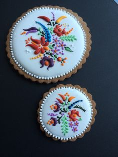Icing cookie Embroidery (Idea only) Iced Cookies, Royal Icing Cookies, Fun Cookies, Sugar Cookies, Hungarian Embroidery, Learn Embroidery, Embroidery Ideas, Embroidery Techniques, Hungarian Cookies