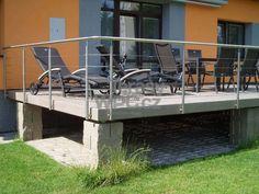 Vyvýšená terasa postavena na kovovém rámu. Jako sloupky bylo použito ztracené bednění. Pro lepší přístup na terasu ze zahrady použita najížděcí rampa.
