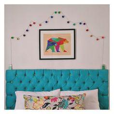 É possível ter um quarto colorido sem pintar as paredes brancas. | 15 ideias de decoração de quartos da vida real para você se inspirar