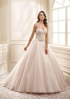 ek1068, collectie 2016 Deze zacht roze A-lijn trouwjurk is zowel modern als…