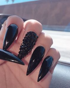 30 Creative Designs for Black Acrylic That Will Catch Your Eye - Black Pointed Acrylic Nails Black Pointed Nails, Long Black Nails, Black Nails With Glitter, Black Acrylic Nails, Almond Acrylic Nails, Glitter Nails, Oval Shaped Nails, Pearl Nails, Nail Polish