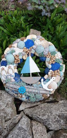 10 Superb Seashell Crafts to Make Seashell Projects, Driftwood Crafts, Seashell Art, Seashell Crafts, Sea Crafts, Crafts To Make, Deco Marine, Shell Decorations, Nautical Wreath
