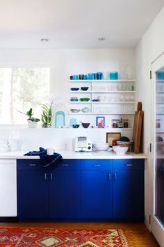 Cobalt High Gloss Cabinets W Glass Front Top That Are Painted White Inside Check Checkwould Still Like The Very End Look