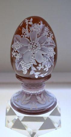 Vajíčko • rubínové sklo s podstavcem, ručně malovaným bílým květem zdobeným perličkami, vhodné jako dárek, nebo suvenýr ♥