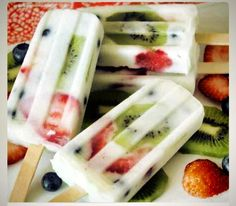 Breakfast Popsicles!!! yogurt blended with granola and fruit ! https://www.facebook.com/HotMomsClub/photos/a.10151665596846704.1073741827.56843501703/10152381449956704/?type=1
