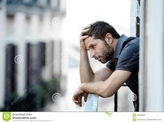 junger-mann-balkon-der-krise-die-emotionale-krise-und-leid-erleidet-44168689.jpg (1300×975)