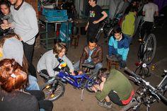 Wir sind ein junger Verein aus Moabit, der es sich zur Aufgabe gemacht hat, Flüchtlingen den oft beschwerlichen Alltag hier leichter zu machen und ihnen ein Stück Selbstständigkeit zurückzugeben – und zwar mit Fahrrädern!