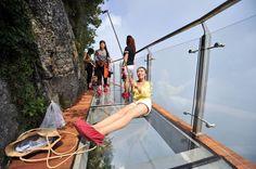 Zwiedzanie Chin dla nieustraszonych – szklany most zawieszony na wysokości ponad…