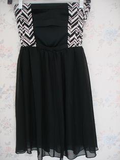 Vestido Closet Signature Color blanco y negro con abertura atras