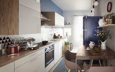 Vielleicht bereiten Sie sich auch erst einmal einen Kaffee aus eben gemahlenen Arabica-Bohnen zu. Auf dem Tisch in Ihrer Küche stehen frische Wiesenblumen. Accessoires wie Vasen im urigen Landhaus-Stil schaffen spannende Kontraste zur modernen Küchenzeile. Und eine Wand in sattem Blau lässt Sie an einen Tag am Meer denken.