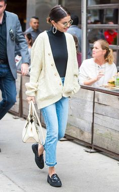 Selena Gomez cream cable cardigan frayed blue jeans black loafers white bag cycling in new York September 2017 Celebrity Summer Style, Celebrity Style Dresses, Celebrity Outfits, Celeb Style, Style Summer, Looks Street Style, Looks Style, New Look Style, New York Street Style