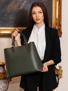 Pentru doamnele al caror stil vestimentar se integreaza in categoria office, geanta oversized cu forma dreptunghiulara reprezinta cea mai inspirata alegere. Un model foarte practic, confortabil si incapator, ideal pentru femeile de cariera care trebuie sa aiba in permanenta la indemana acte si documente.  GEANTA OVERSIZED Geanta dama verde kaki Peexo este realizata din piele naturala neteda cu design modern, usor nonconformist. Madewell, Tote Bag, Bags, Fashion, Purses, Moda, Fashion Styles, Tote Bags, Taschen