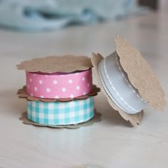Bee-inspired: DIY ribbon/fabric tape spool - link to DIY fabric tape Diy Projects Cans, Diy Projects To Try, Ideas Prácticas, Craft Ideas, Room Ideas, Craft Room Storage, Craft Rooms, Craft Organization, Office Storage