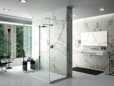 Une salle de bains qui matérialise les zones d'eau grâce au marbre - Le marbre fait son come-back dans les salles de ba