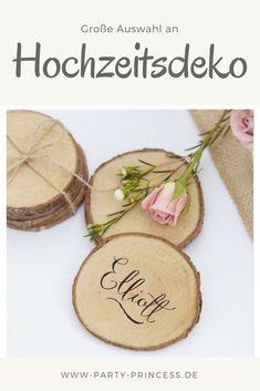 Wunderschöne Baumscheiben mit dem Namen des Gastes belettert ist eine tolle Tischdekoration auf Eure Hochzeit.