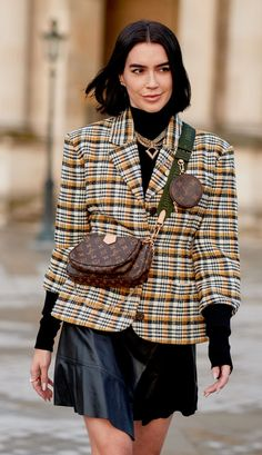Discover and shop the 6 most popular handbags spotted during fashion week. Fashion Week, Star Fashion, Fashion Outfits, Womens Fashion, Fashion Trends, Fashion Ideas, Anna Wintour, Rosie Huntington Whiteley, Louis Vuitton