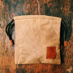 This Quinn Field Pouch in waxed canvas, is the last golf valuables you will ever need. Store your Wallet, Keys, Flask or any other items during your round. Bushcraft Gear, Pouch, Wallet, Waxed Canvas, Messenger Bag, Satchel, Otter, Flask, Keys
