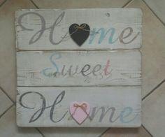 Pannello shabby da parete Home Sweet Home con cuori a lavagna nero e rosa applicati.