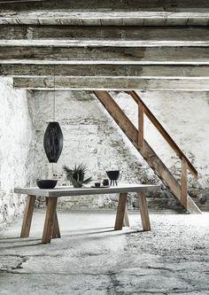 muubs-salle a manger-suspension noir-poutres apparentes-table bois et beton -accesoire deco-vaisselle nois