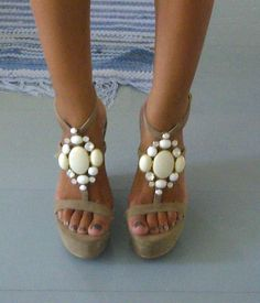 Showstopping Wedges Looks like something you can do by using old jewelry pieces Stilettos, Pumps, Cute Shoes, Me Too Shoes, Shoe Boots, Shoes Heels, Wedge Shoes, Espadrilles, Beach Wear