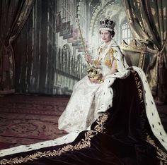 La reina  en su día de  coronación el 2 de junio de 1953 en su corona opulento y ...