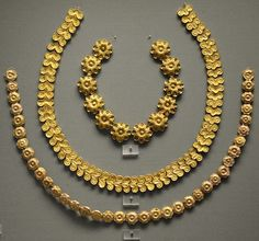 (Millennium gold) Oldest Mycenae gold necklaces from chamber tombs. ca 1200 BCE. Ancient Jewelry, Antique Jewelry, Vintage Jewelry, Viking Jewelry, Creta, Star Necklace, Heart Pendant Necklace, Greek Jewelry, White Gold Diamonds