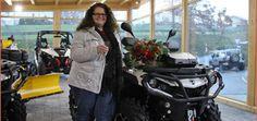 Can-Am Gewinnspiel: Outlander übergeben Eine Outlander 1000 MAX Ltd hat Sandra Böhmer beim Can-Am Gewinnspiel auf den Offroad Days 2013 gewonnen; den Schlüssel übergab Can-Am-Händler Heinz Plötz http://www.atv-quad-magazin.com/aktuell/can-am-gewinnspiel-outlander-ubergeben/